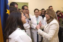 La presidenta de la Junta, dialoga con el personal del Hospital de Alta Resolución de Utrera durante su visita al centro.
