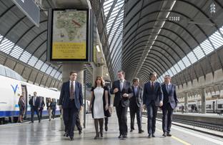 Susana Díaz recorre, junto al presidente del Gobierno, Mariano Rajoy, las instalaciones de la Estación de Santa Justa de Sevilla.