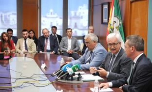 Jiménez Barrios interviene tras la firma del convenio.