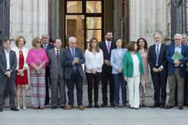 La presidenta de la Junta, junto a los miembros del Consejo de Gobierno, guardan silencio en homenaje a las víctimas del atentado de Manchester, en San Telmo.