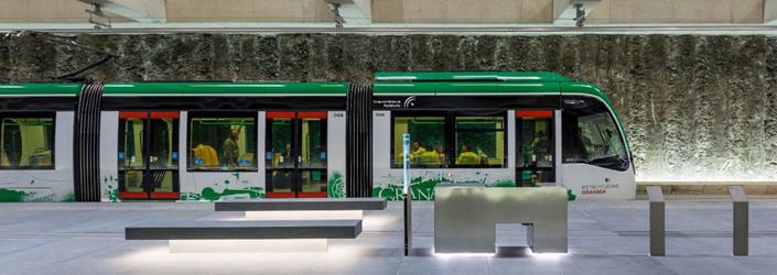 El metro de Granada tiene un trazado de 16 kilómetros de vías, de las que un 83% discurre en superficie y un 17% es subterráneo.