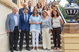 La presidenta de la Junta, con el resto de autoridades y los representantes del voluntariado en Andalucía.