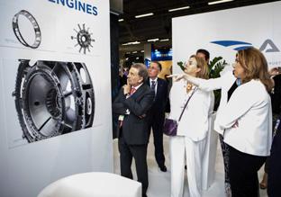 Un momento de la visita de Díaz al Salón Internacional de la Aeronáutica y el Espacio-París Le Bourget. (Foto EFE)