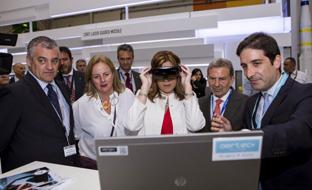 La presidenta de la Junta, en el Salón Internacional de la Aeronáutica y el Espacio de París. (Foto EFE)
