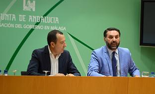 El consejero de Turismo, junto con el delegado del Gobierno en Málaga, José Luis Ruiz Espejo, durante la presentación de las previsiones turísticas para el verano de 2017.