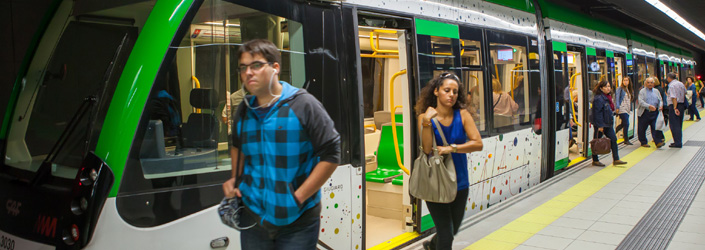 Pasajeros salen del metro de Málaga.