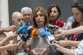 Susana Díaz informa a los medios de comunicación sobre el incendio.