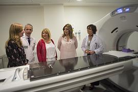 La presidenta de la Junta, acompañada por la consejera de Salud, Maria Álvarez, y el resto de autoridades, durante su visita al nuevo servicio de Radioterapia del Hospital de Jerez.
