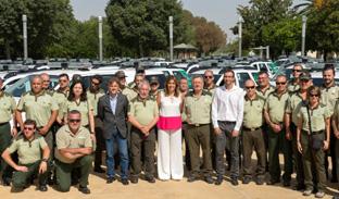 La presidenta de la Junta y el consejero de Medio Ambiente, junto a los agentes y la flota de vehículos.