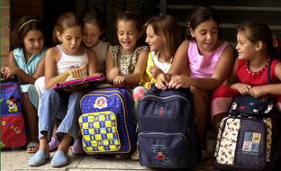 Varias alumnas, con sus mochilas, en un centro andaluz de Educación Primaria.