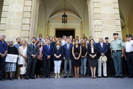 Concentración en el Ayuntamiento de Sevilla, con la presencia de las consejeras de Hacienda y Administración Pública, María Jesús Montero, y de Educación, Sonia Gaya.