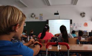 La Junta tiene previsto distribuir este curso equipamiento tecnológico valorado en 14,5 millones de euros entre los centros educativos públicos andaluces durante el presente curso escolar.