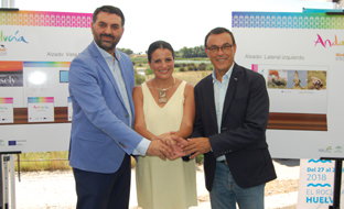 Francisco Javier Fernández, en Almonte, con la alcaldesa del municipio, Rocío Espinosa, y el presidente de la Diputación de Huelva, Ignacio Caraballo.