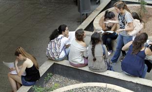 Andalucía ha dado este curso escolar un paso firme hacia la gratuidad de la educación superior, un derecho en países referentes como Alemania, Francia o Finlandia. (Foto Archivo EFE)