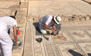 Trabajos de recuperación y conservación de los mosaicos en Itálica.
