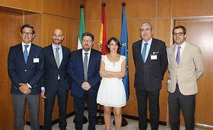 Rodrigo Sánchez Haro, junto con la directora general de Industrias y Cadena Agroalimentaria, Rosa Ríos, y los representantes de Landaluz, antes de la reunión.