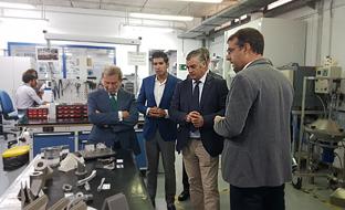 Javier Carnero, durante su visita al CATEC, ubicado en el Parque Tecnológico Aerospacial de Andalucía (Aerópolis), en Sevilla.