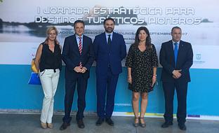 Francisco Javier Fernández, junto con el resto de autoridades, durante la presentación del nuevo programa de la Junta en Torremolinos (Málaga).