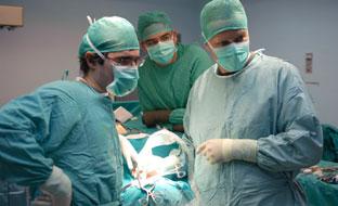 Cirujanos en un quirófano.