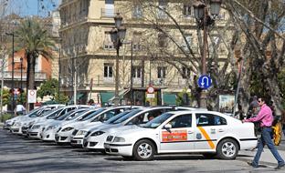El consejero de Fomento se ha comprometido con el sector del taxi a impulsar todas las medidas que están dentro del ámbito competencial de la Junta para limitar y mejorar el control de los vehículos de alquiler con conductor (VTC).