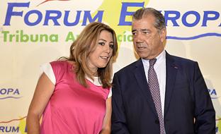 Susana Díaz, con el presidente de Airbus España, Fernando Alonso, al que ha presentado en el Fórum Europa Tribuna Andalucía, celebrado en el Hotel Alfonso XIII de Sevilla.