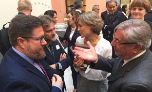 Sánchez Haro entrega al comisario europeo de Medio Ambiente la propuesta de plan de gestión de los recursos pesqueros.