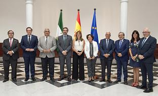 Susana Díaz, junto al vicepresidente de la Junta, el consejero de Economía y Conocimiento, y los rectores andaluces asistentes a la reunión.