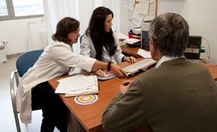 Profesionales sanitarias en consulta.