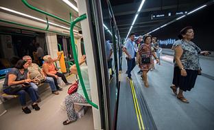 El metro de Granada transportó a 23.500 usuarios en su primer día en funcionamiento.