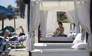 Turista en una playa andaluza. (Foto EFE)