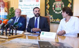 Francisco Javier Fernández, junto al presidente de la Diputación de Sevilla, Fernando Rodríguez Villalobos, y el pianista Dorantes, durante la presentación del vídeo promocional.