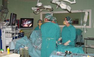 Entre las medidas para reducir las listas de espera destaca el aumento el número de sesiones quirúrgicas, agendas de consultas externas y de pruebas diagnósticas.
