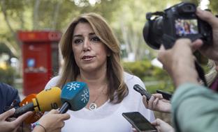 Susana Díaz atiende a los medios de comunicación en Lisboa.
