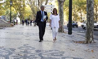 La presidenta de la Junta, junto al portavoz del Gobierno andaluz, en la calles de Lisboa.
