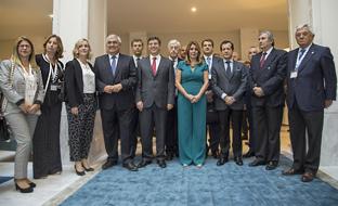 Susana Díaz, junto al ministro de Economía portugués, Manuel Caldeira y representantes de los empresarios participantes en el encuentro internacional celebrado en Lisboa.