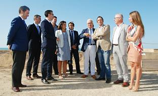 Jiménez Barrios, con las autoridades de la capital gaditana y los representantes de Telefónica, en el Torreón de las Puertas de Tierra, una de las alternativas de ubicación para el centro de trabajo colaborativo.