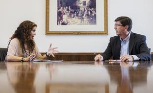 La consejera de Hacienda y Administración Pública, María Jesús Montero, durante la reunión en el parlamento con el portavoz de Ciudadanos, Juan Marín. (FOTO EFE)