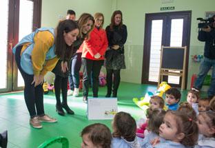 La presidenta Susana Díaz visita la Escuela Infantil Los Molares (Sevilla).