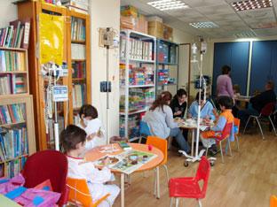 Las aulas hospitalarias tienen como objetivo compensar las dificultades del alumnado enfermo y garantizar la continuidad de su proceso educativo.