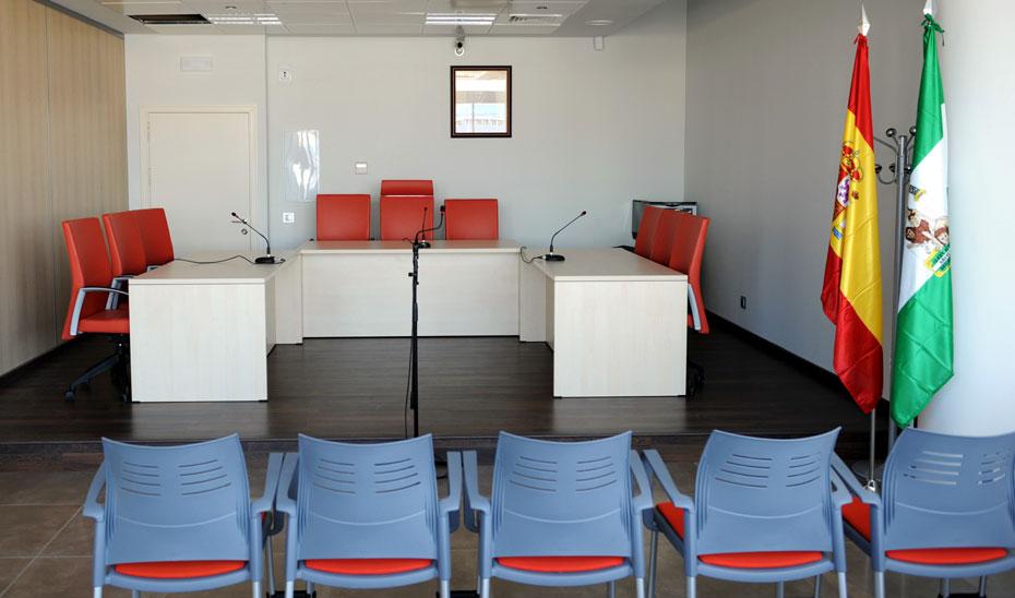 Sala de vistas preparada para la celebración de un juicio.