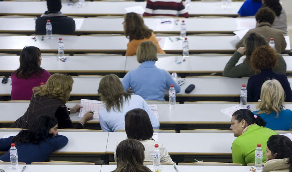 Opositores se preparan para hacer sus exámenes en una convocatoria anterior.