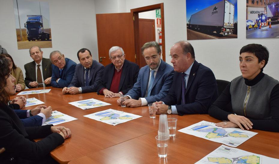 Reunión del consejero de Fomento con los responsables de la sociedad PUerto Seco de Antequera S.L.