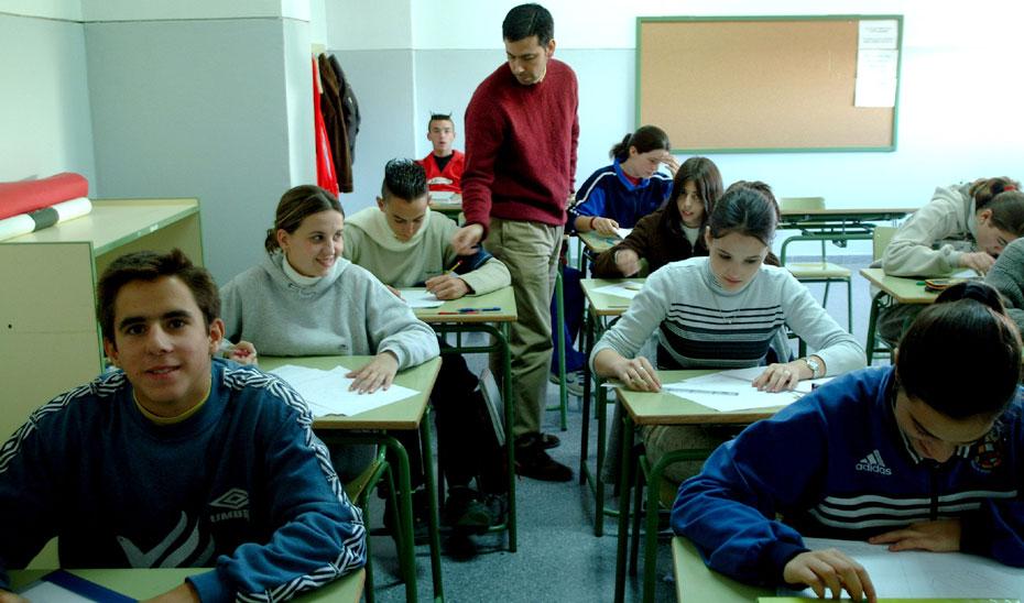 Un profesor con sus alumnos en el aula.