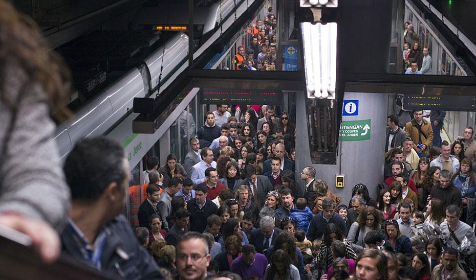 Usuarios del metro de Sevilla en una hora punta.