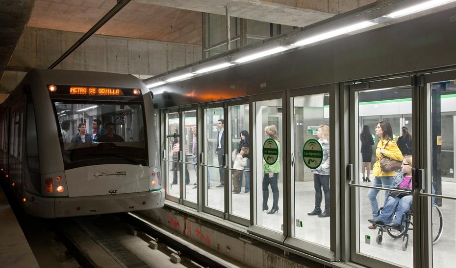 Un tren de Metro de Sevilla llegando a una estación.