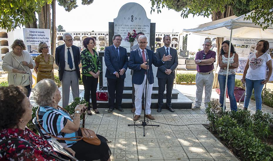 Manuel Jiménez Barrios visita las fosas 'Monumento' y 'Antigua' del cementerio de San Fernando de Sevilla