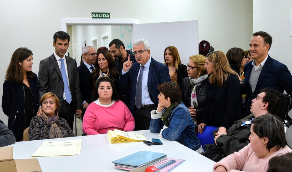 El vicepresidente durante su visita al Centro de Formación Prelaboral \u0027Antonia García Morales\u0027 de la asociación AFANAS El Puerto y Bahía.