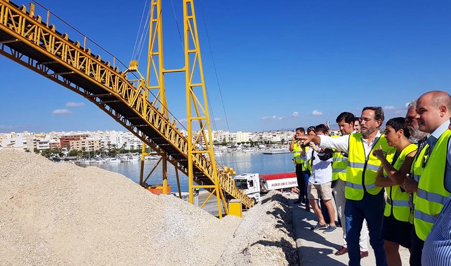Felipe López durante su visita a las obras de emergencia en el puerto de Garrucha (Almería).