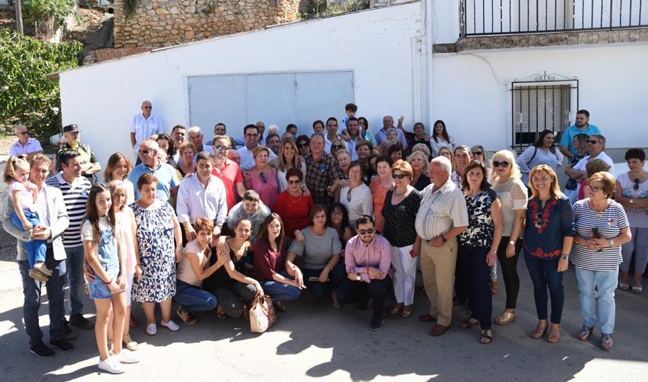 Susana Díaz, junto a vecinos y representantes de Fuente Álamo.