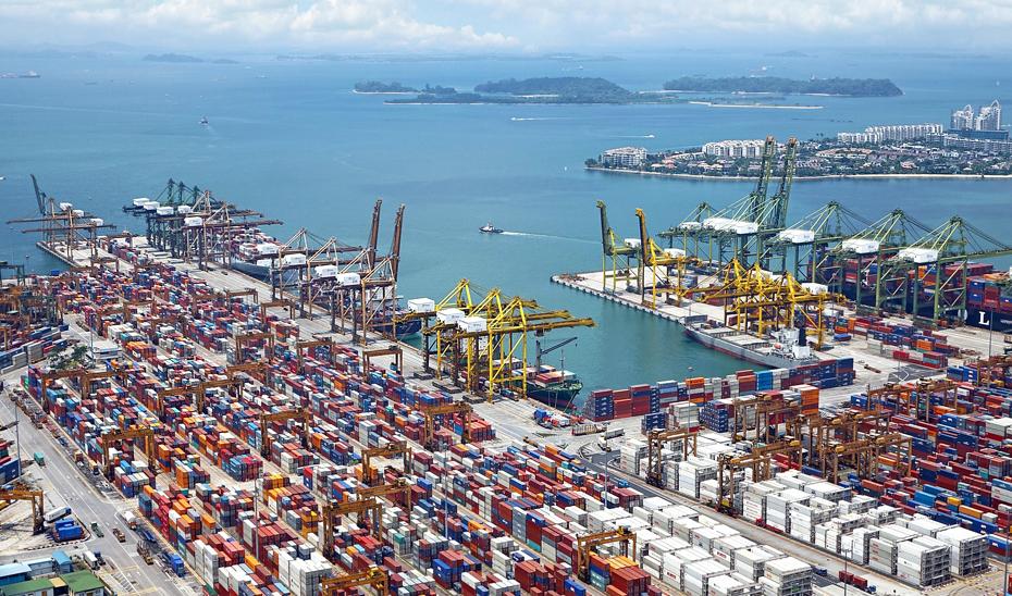 Contenedores de exportaciones apilados en el puerto.